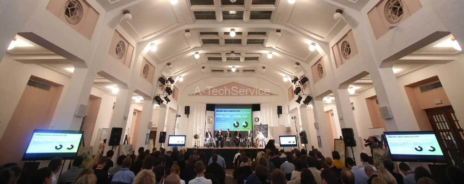Velkoplosna_projekce_s_nahledy_na_obrazovky_na_stojanech__A-TechServic